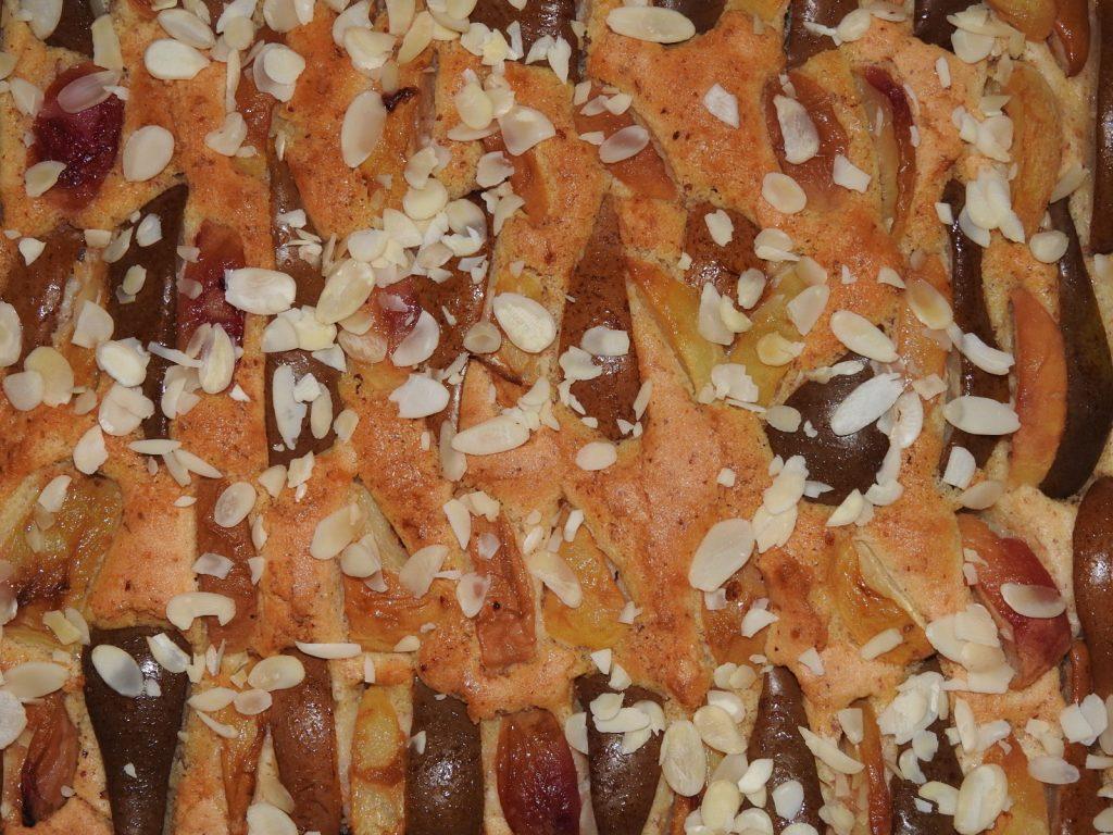 Pfirsich-Birnen-Blechkuchen mit Mandelblättchen