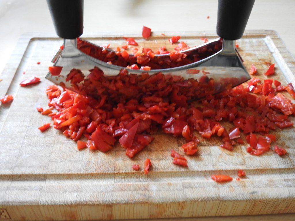 freurige Chilischoten unter dem Wiegemesser