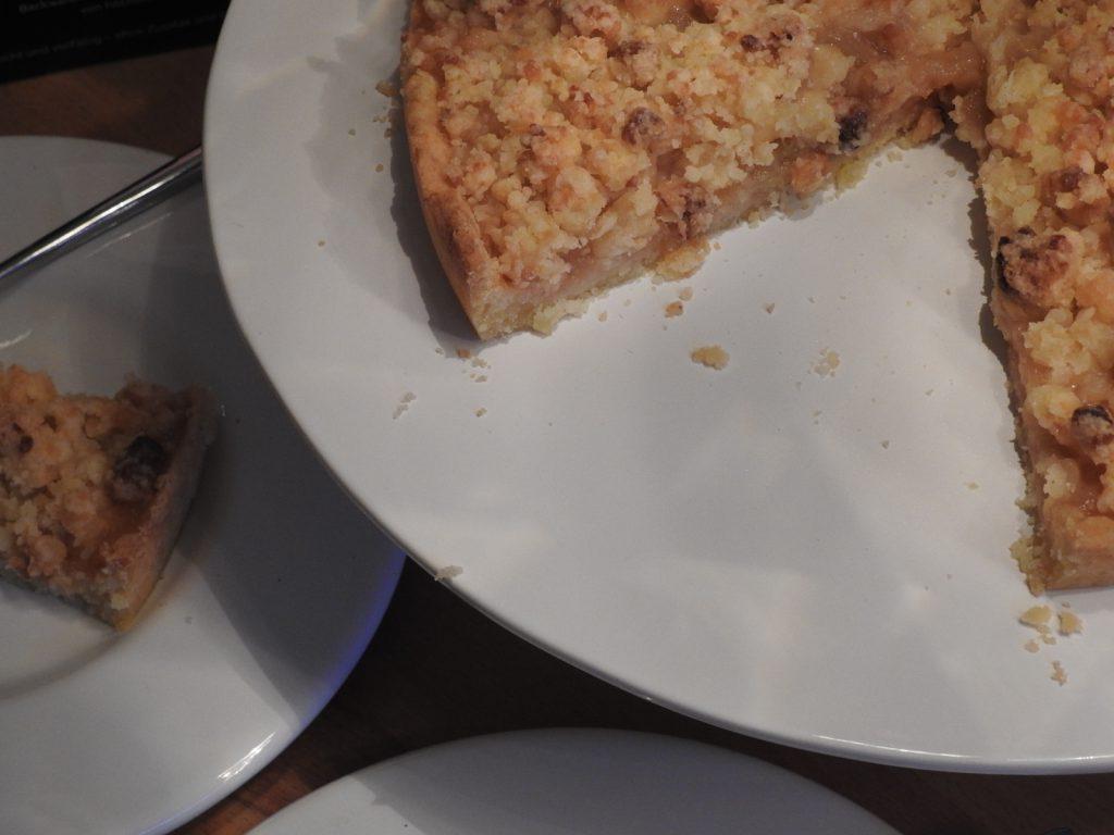 Eine heiße Tasse Kakao und ein Stück Tarte